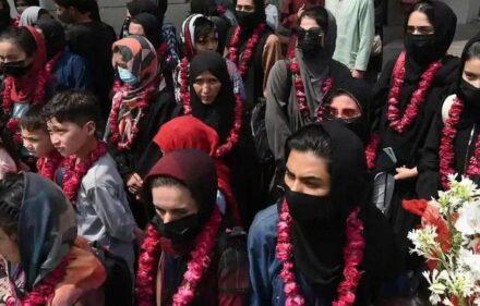 بریتانیا افغانی فوټبالر نجونی سره کورنیو ته یې ویزې ورکوي